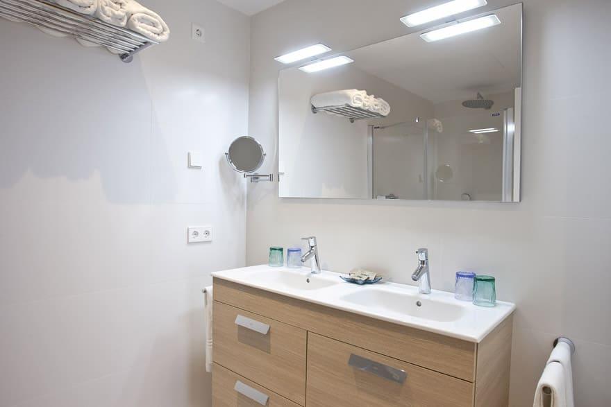 Zona baños interior Apartaments Posidonia