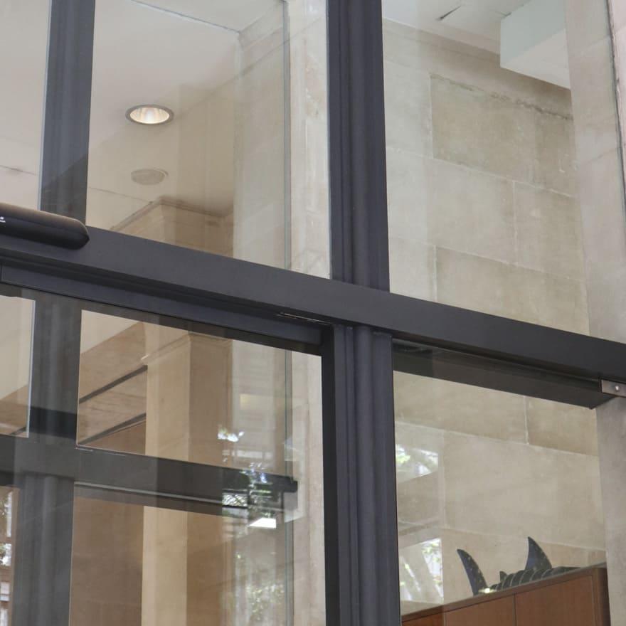 Estructura metálica puerta acceso