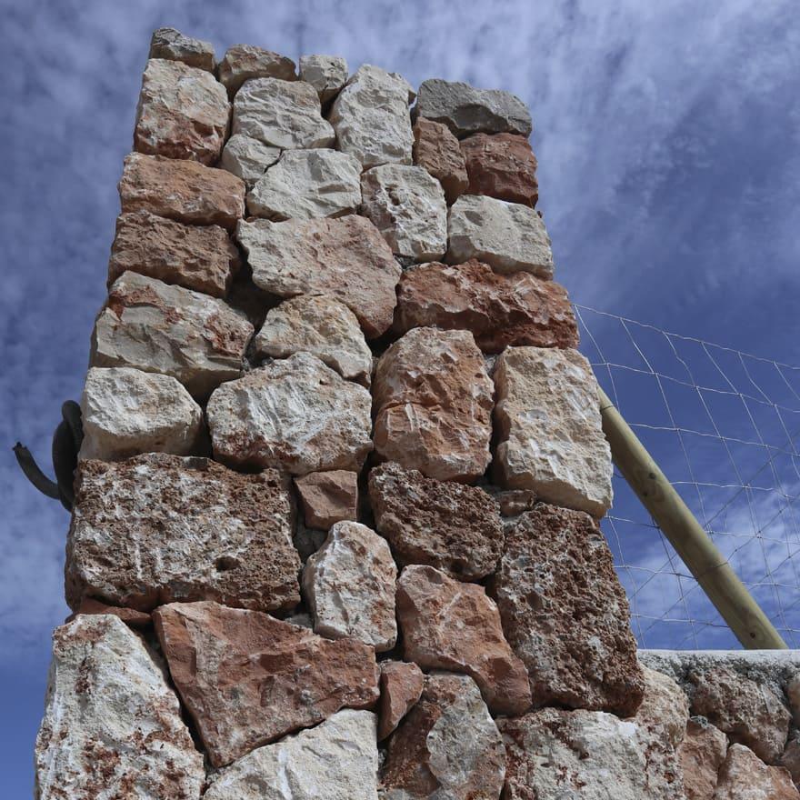Muro entrada finca con detalles de piedra