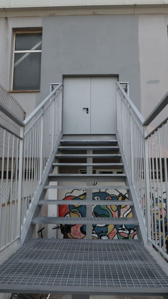 Fotografía escalera metálica